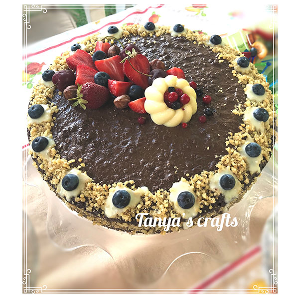 Шоколадова торта със сладко от ягоди